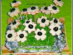 Finto prato con tramezzini fiore, idea per buffet