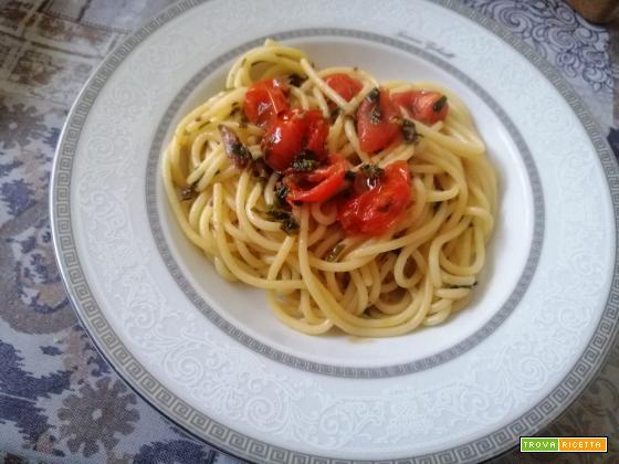 Spaghetti con pomodorini ed erbe aromatiche