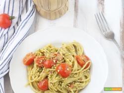 Spaghetti con pomodorini, pesto e granella di pistacchi