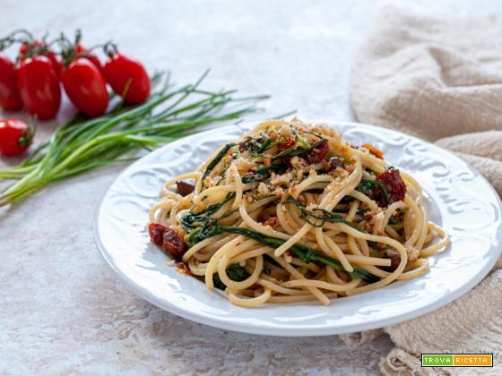 Pasta con agretti, alici e pomodori secchi