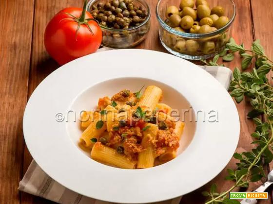 Rigatoni al pomodoro con paté di olive e capperi