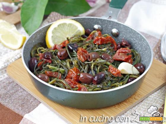 Agretti in padella con olive e pomodori