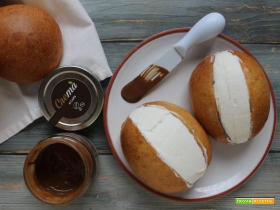 Maritozzi con la panna e crema di mandorle e caffè