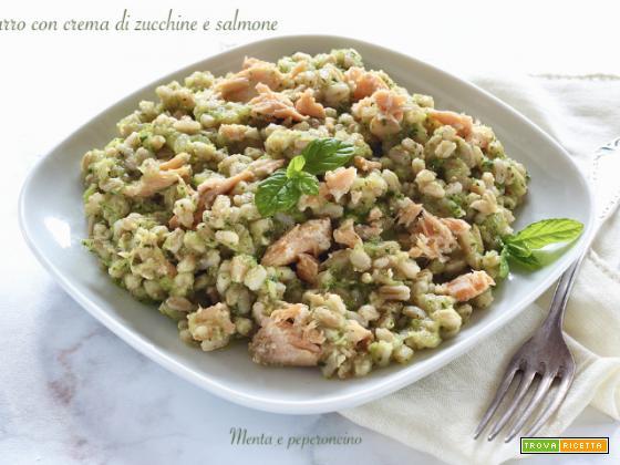 Farro con crema di zucchine e salmone