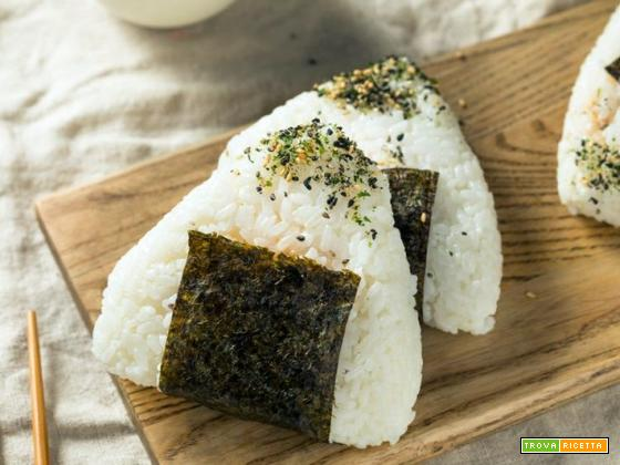 Onigiri: tre ricette facili per farli a casa con tonno, salmone e granchio