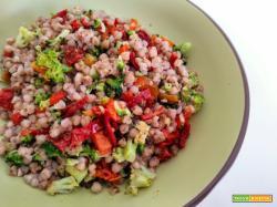 Insalata di grano saraceno con broccoli, peperoni e pomodori secchi