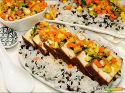 Tofu a fette con riso, lenticchie e intingolo alle verdure dell'orto