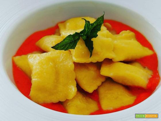 Ravioli Gustamente su crema di peperoni