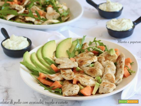 Insalata di pollo con avocado, rucola e carote