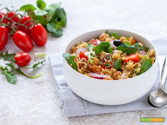 Insalata di quinoa e ceci con spezie e verdure