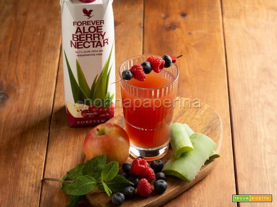 Bevanda con aloe e frutti di bosco, un drink fresco