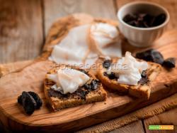 Bruschetta con aglio nero e lardo, un antipasto rustico