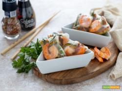 Involtini di carta di riso con gamberi e verdure