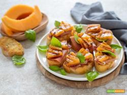 Crostini con melone grigliato e speck
