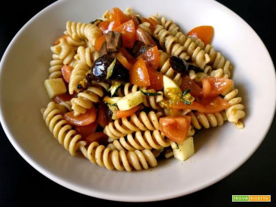 Insalata di pasta fredda con pomodorini, provola e olive nere