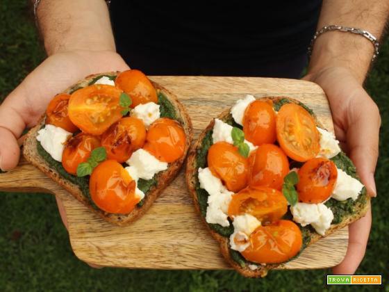 Bruschetta estiva con pomodorini gialli grigliati e caprino