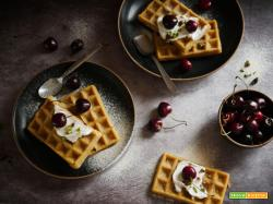 Waffles con crema alle Mandorle, Ciliegie e granella di Pistacchi