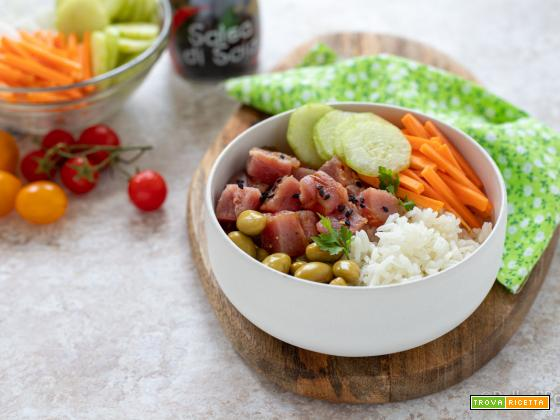 Poke bowl con tonno, edamame e verdure