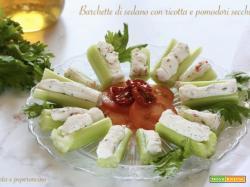 Barchette di sedano con ricotta e pomodori secchi