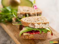 Sandwich con barbabietola, un pasto veloce e squisito