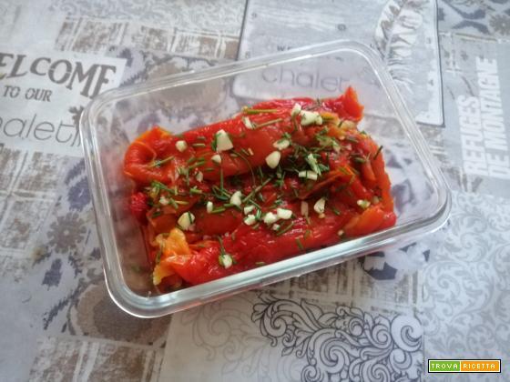 Peperoni arrostiti aromatizzati con erba cipollina