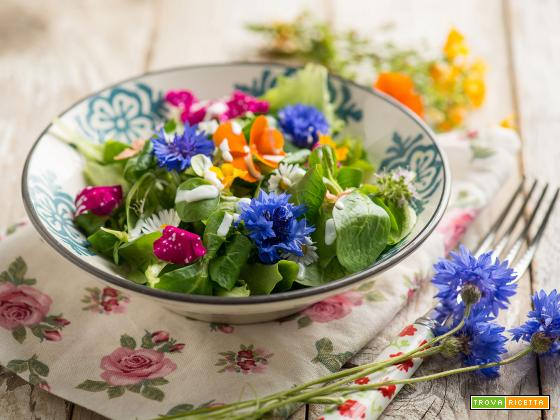 Insalata di fiori ed erbe con Skyr, un piatto elegante
