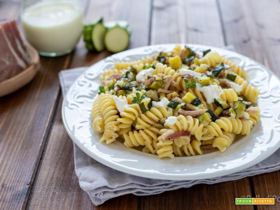 Pasta con zucchine, speck e yogurt greco