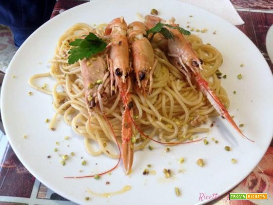 Spaghetti con scampi e granella di pistacchio