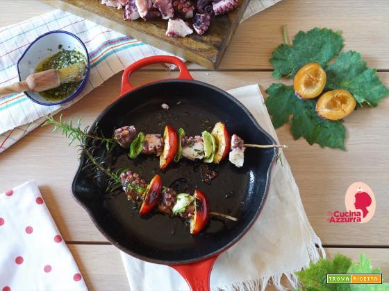 Spiedini di polpo alla griglia con susine, uva, zucchine e rosmarino