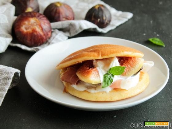 Pancakes salati con fichi e prosciutto crudo