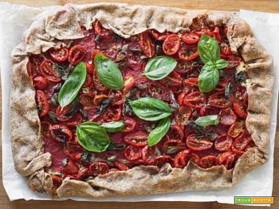 Torta salata con formaggio spalmabile, erbe aromatiche e pomodori