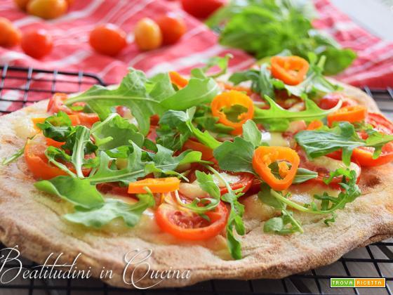 Pinsa piccante con pomodorini, rucola e aji amarillo