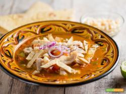 Zuppa messicana con tortillas, una meraviglia piccante