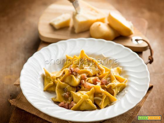 Insoliti fagottini ripieni con carne di gallina e Grana Padano
