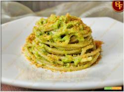 Spaghettoni con crema di broccolo e pane tostato