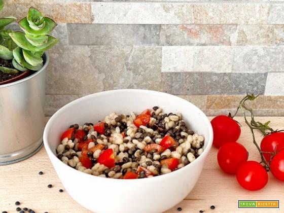Orzo e lenticchie nere con pomodorini freschi